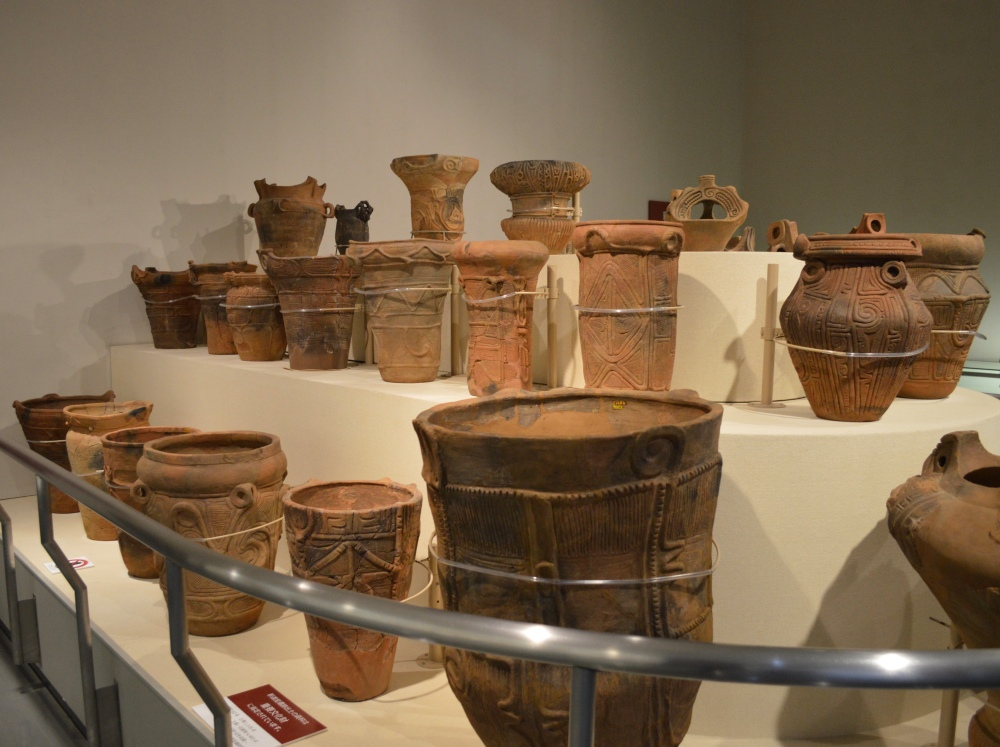 The large pot in the foreground is an example of a Jōmon burial jar. If a baby was stillborn, it was buried in a burial jar with a perforated base so the soul of the baby could return to its mother.