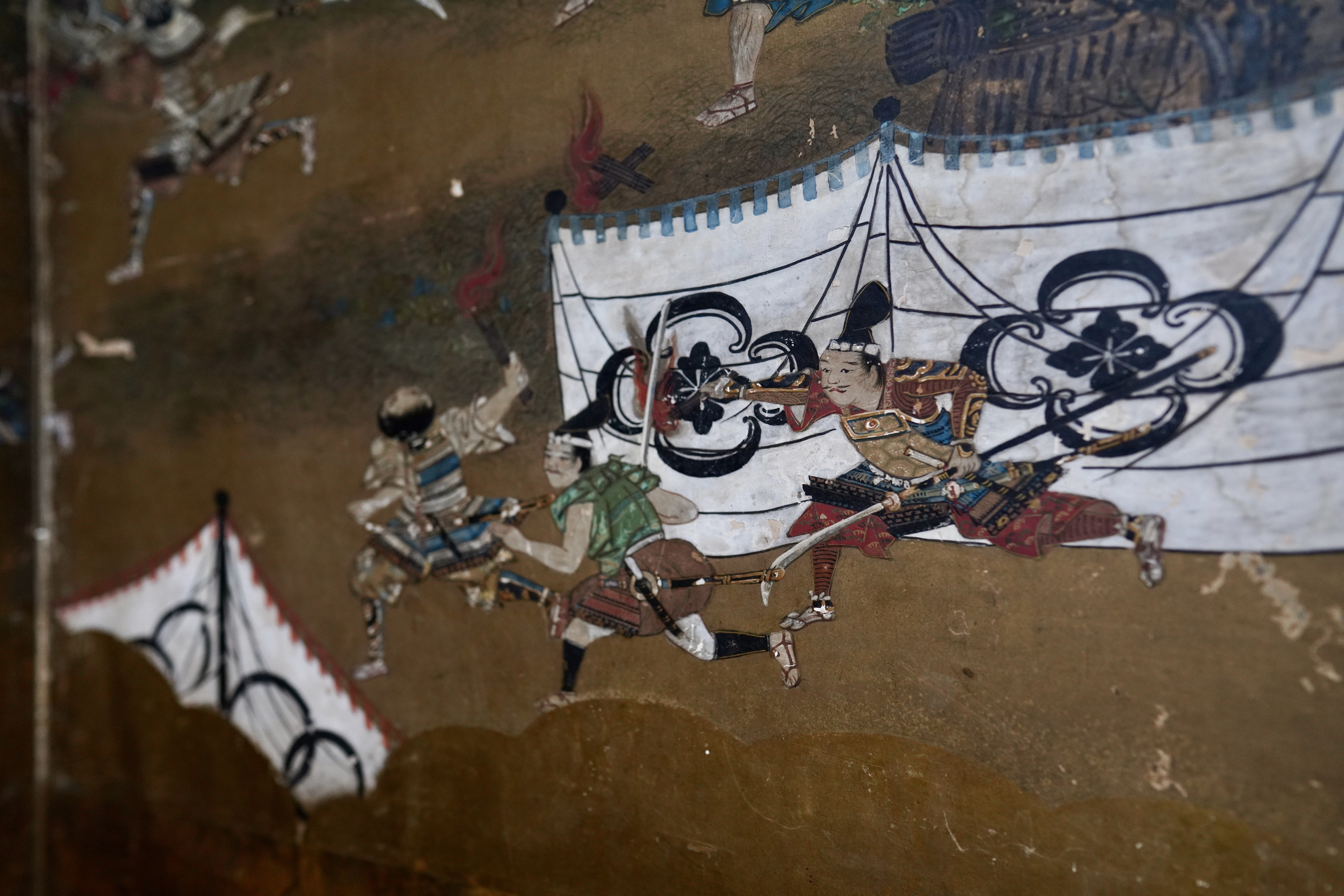 The paintings on the walls and screens of this Edo-period house are museum quality.